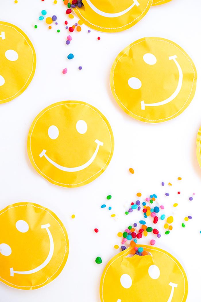 Gelbe Smiley Beutel voll mit bunten Bonbons, Geschenke für Gäste am Kindergeburtstag