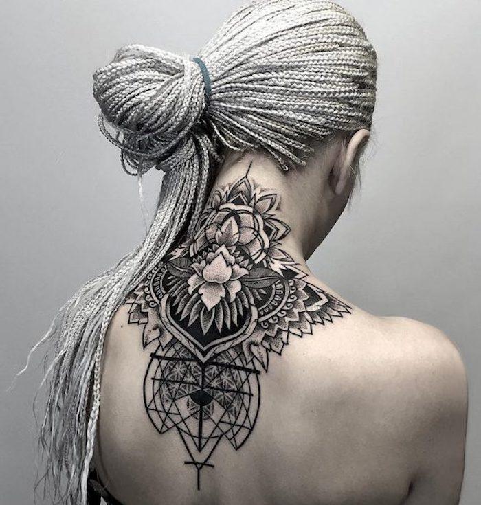 weiße haare einer jungen frau mit einem schwarzen großen tattoo mit einem schwarzen dreieck und mit weißen und schwarzen blumen, geometrische tattoos für frauen