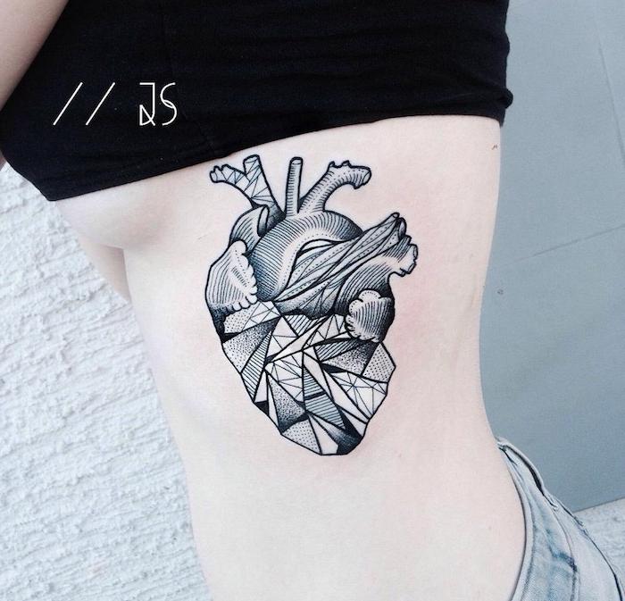 ein großes schwarzes tattoo für frauen, junge frau mit einem tattoo mit einem schwarzen herzen und mit weißen wolken und geometrischen formen, geometrische tattoos für frauen