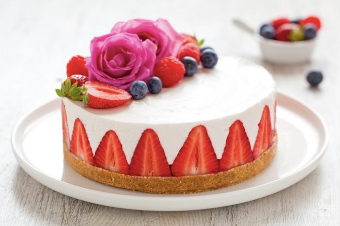 käsekuchen ohne backen, boden aus keksen, stücke erdbeeren, rosa rosen, blaubeeren