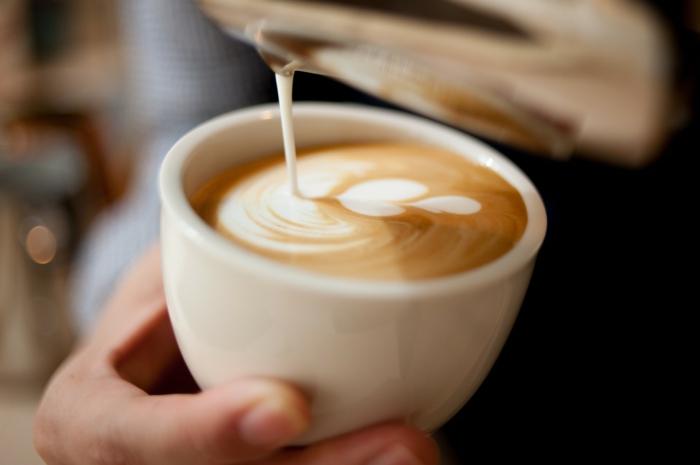 Milchkaffee mit schönem Bild