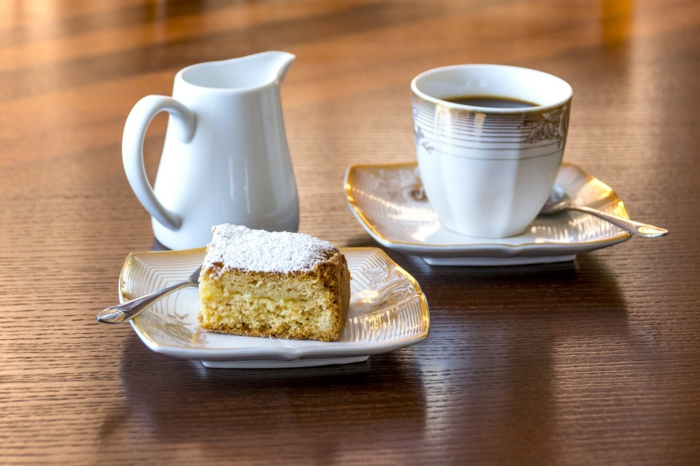 Kaffee, Milch und Apfelkuchen