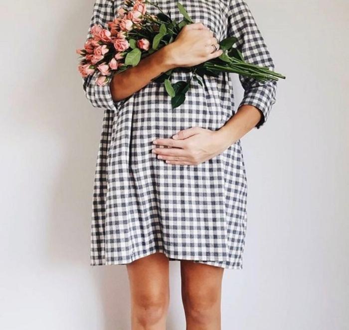 karriertes Kleid für Schwangere, ein Rosenstrauß, Umstandskleider, schwarz weißes Kleid
