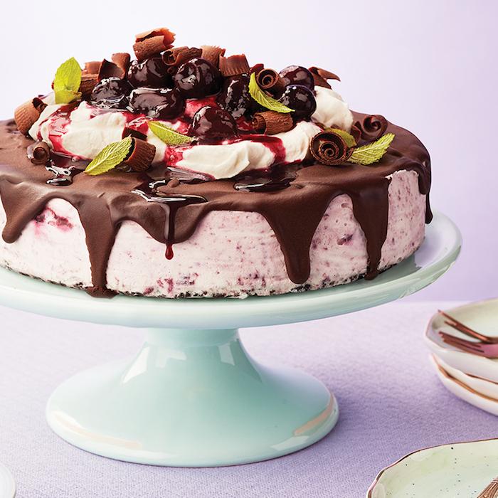 keksboden kuchen, torte mit eiscreme, schokoalde und obst, kirschen