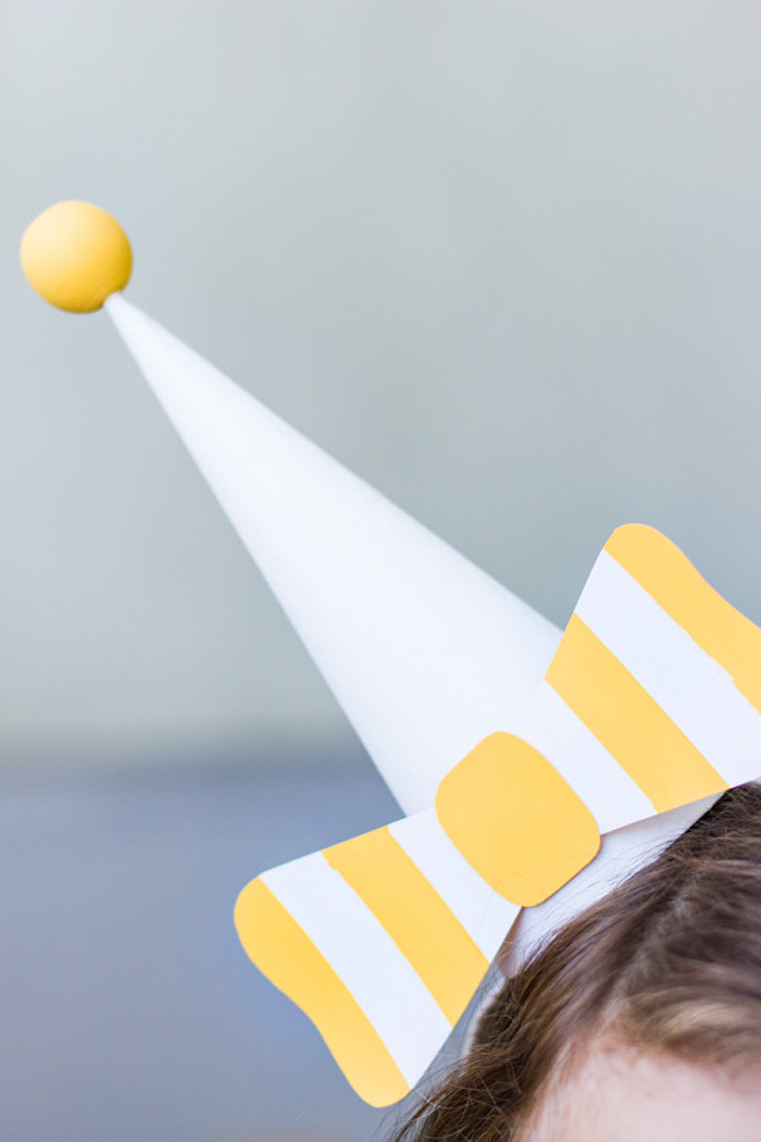 Partyhütchen mit Schleife aus Papier, mit Holzkugel, tolle Ideen für Kindergeburtstag