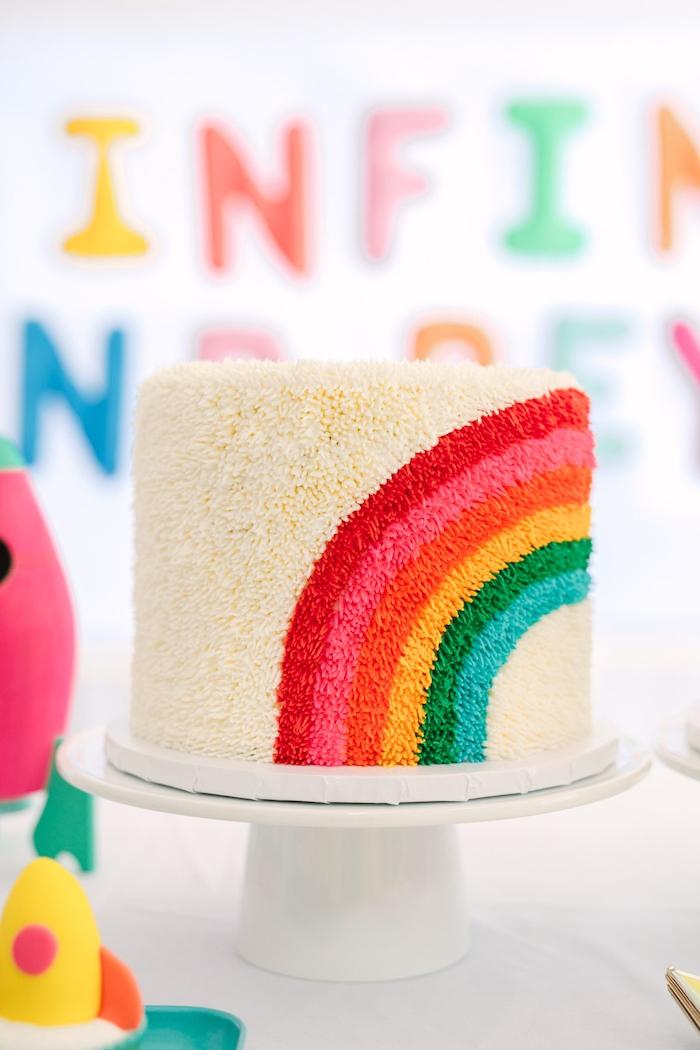 Regenbogen Torte für Kindergeburtstag selber backen und dekorieren, Party für Kinder organisieren