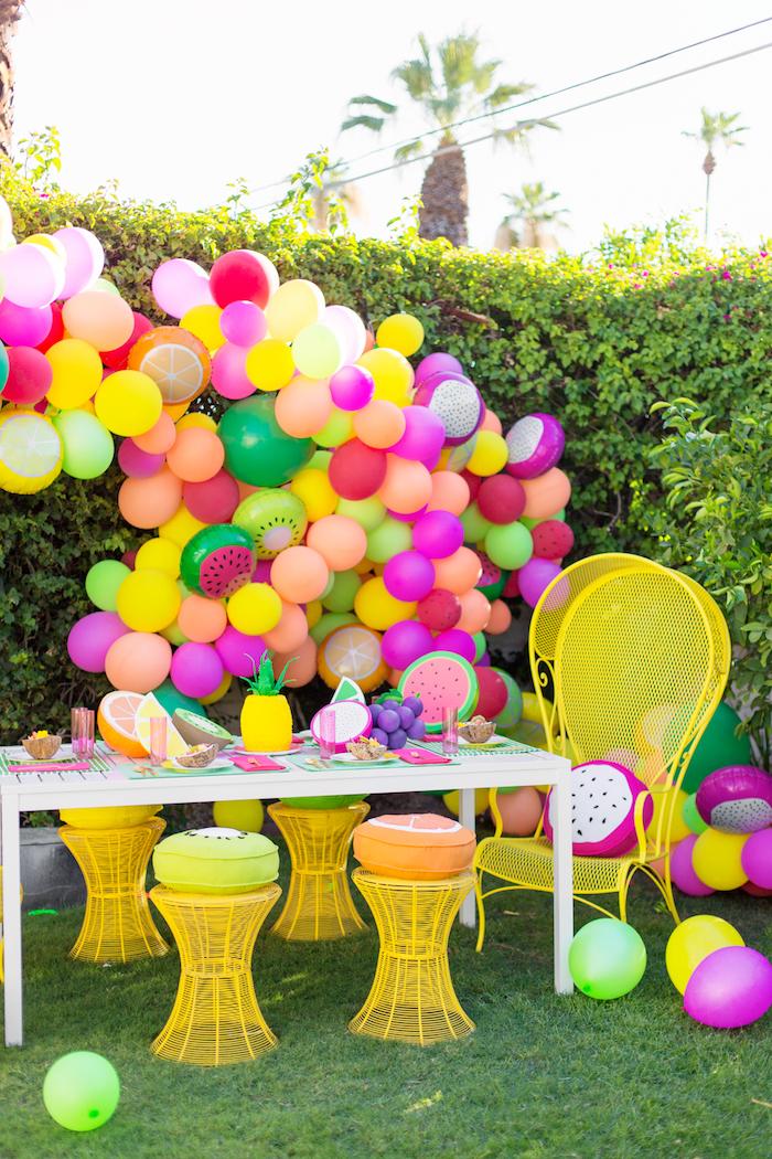 Gartenparty planen, schöne Deko Ideen, Bogen aus bunten Ballons, Kissen in Form von Früchten