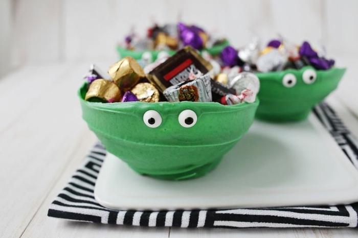 Grüne Schüsseln als die Ninja Turtles voll mit Bonbons, schöne Idee für Kindergeburtstag