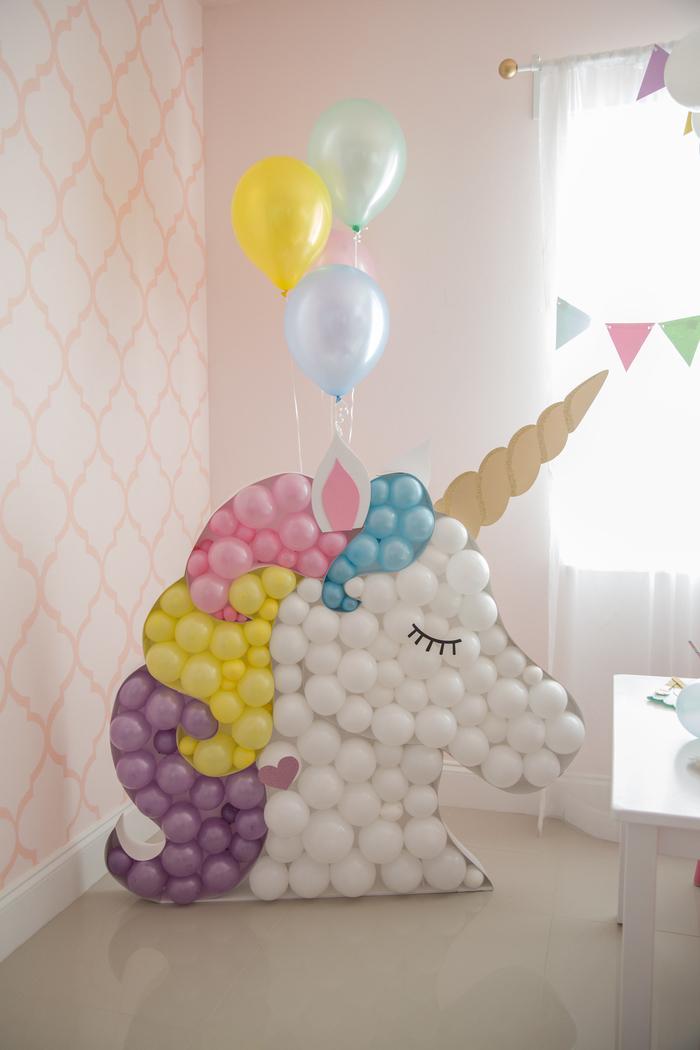 Süßer Einhorn aus bunten Ballons selber machen, schöne Deko Idee für Kindergeburtstag