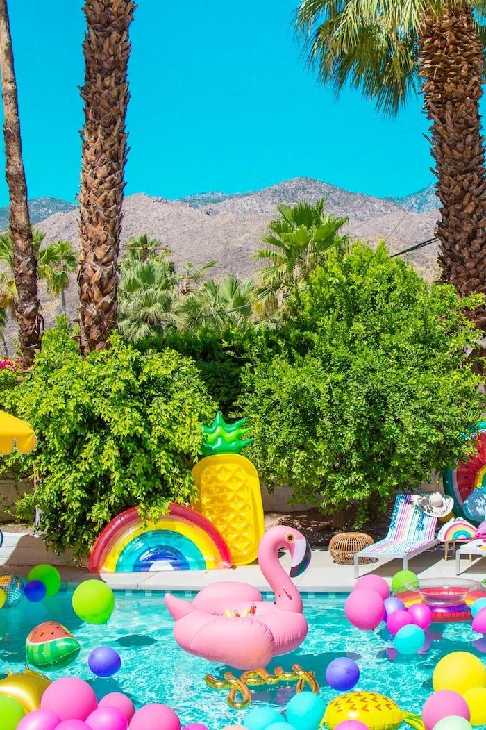 Die perfekte Poolparty organisieren, aufblasbare Flamingo Ananas und Regenbogen im Pool