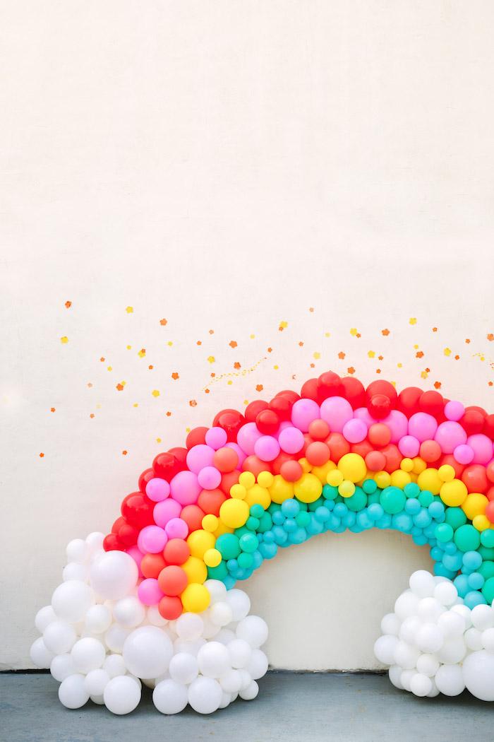 Regenbogen und Wolken aus bunten Ballons selbst gestalten, DIY Geburtstagsdekoration