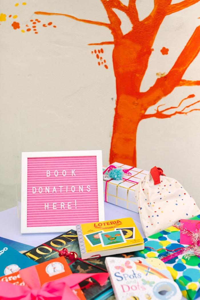 Kindergeburtstag organisieren, Ecke für Bücher von den Gästen, schön verpackt und dekoriert