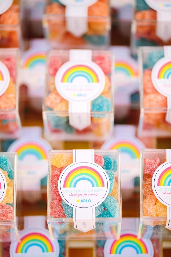 Bunte Bonbons in kleinen Schachteln, Aufkleber mit Regenbogen, Ideen für Kindergeburtstag