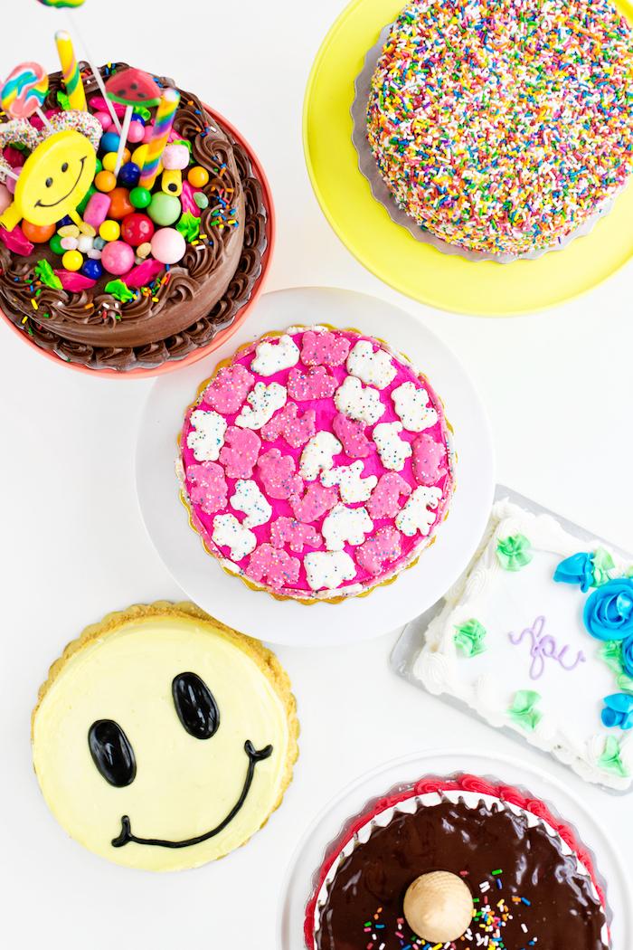 Verschiedene Ideen für Geburtstagstorten, gelbe Smiley Torte, Torten mit Zuckerstreuseln