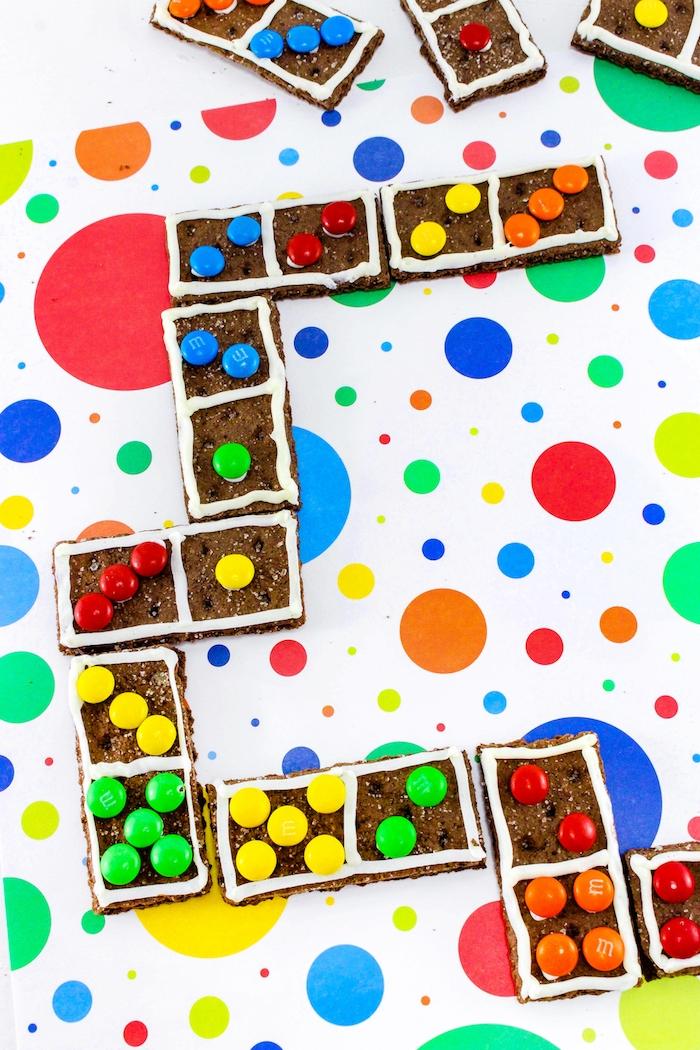 Domino mit Keksen und Bonbons, leckeres Spiel für Kindergeburtstag, tolle Party Idee