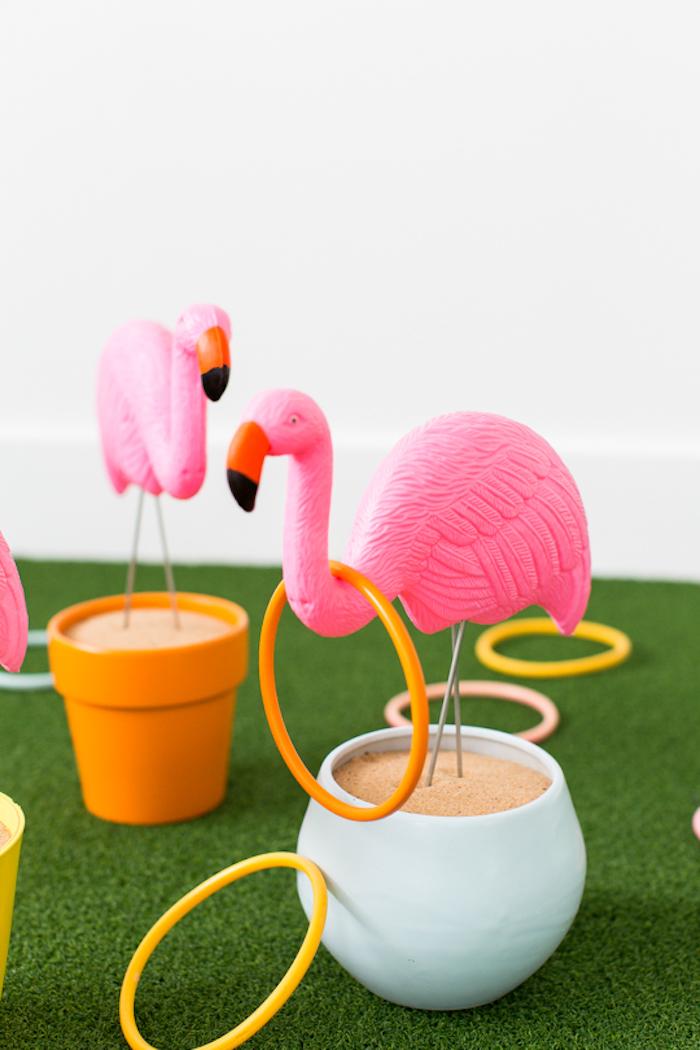 Lustiges Spiel für Kindergeburtstag, Ringe werfen, Flamingos und Ringe aus Kunststoff
