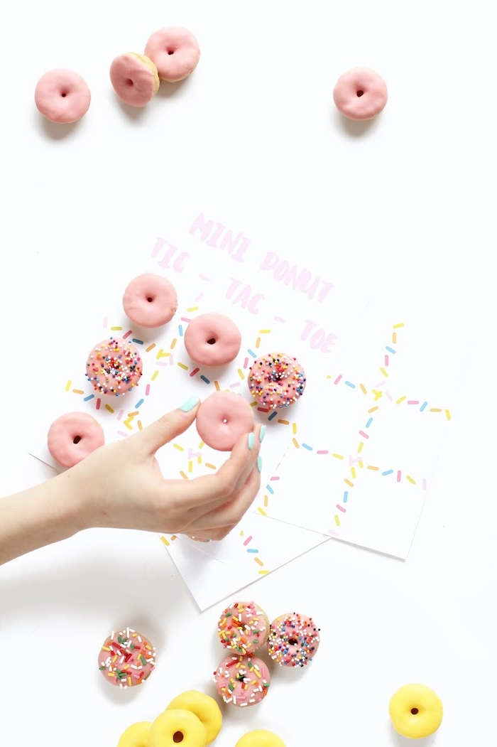Mini Tic Tac Toe Spiel mit Donuts, mit Erdbeerglasur und Zuckerstreuseln, Ideen für Kindergeburtstag
