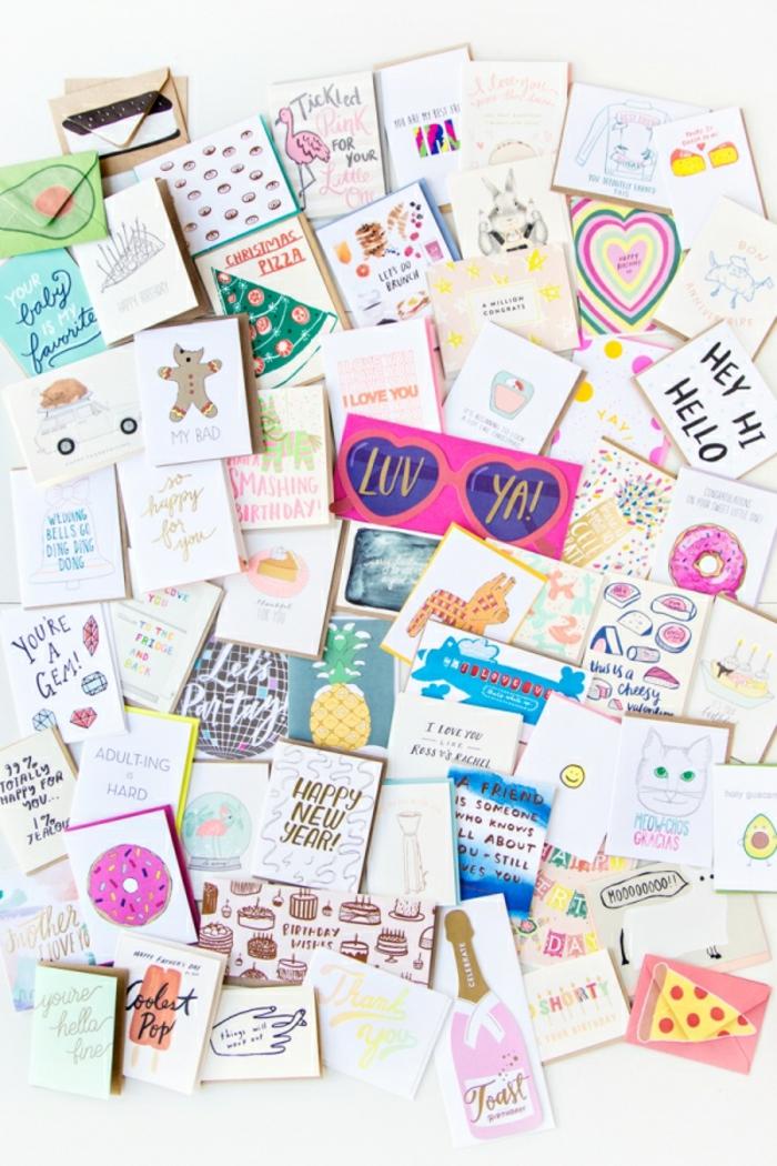 eine Menge Karten mit lustigen Bilder, selbstgemachte Gutscheine zu Weihnachten