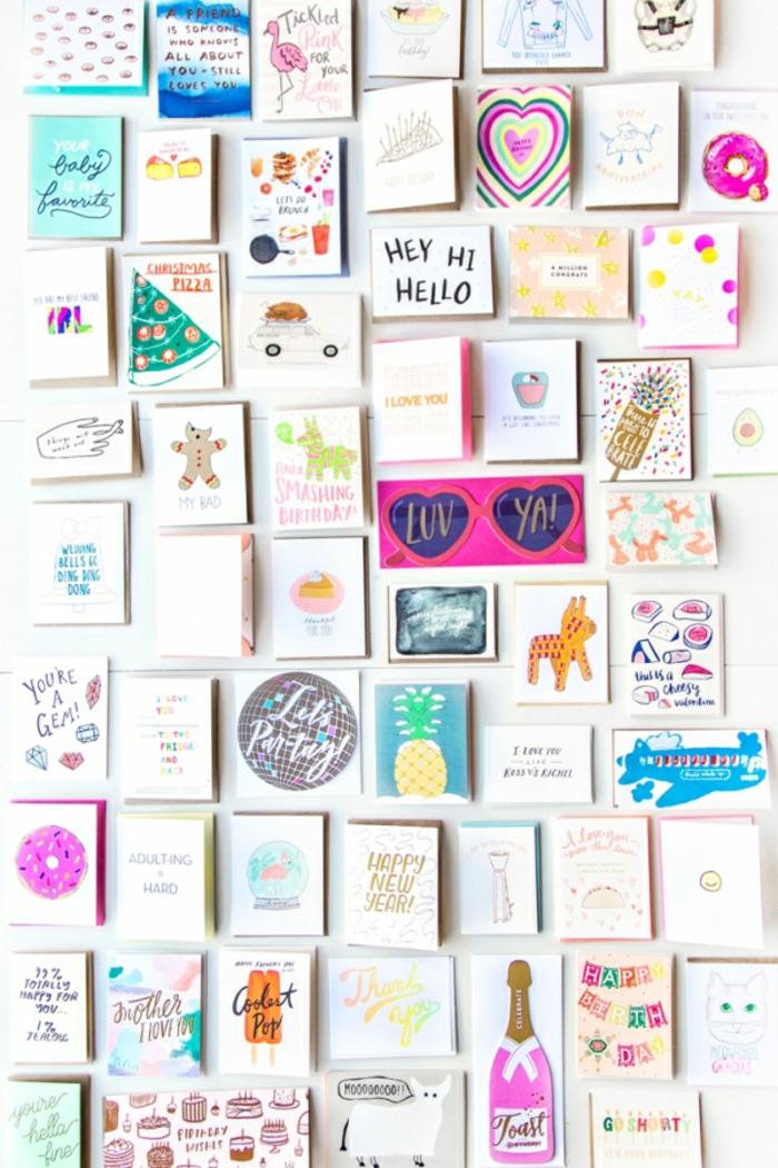eine Menge Karten in Reihen geordnet, selbstgemachte Gutscheine mit verschiedenen Bilder