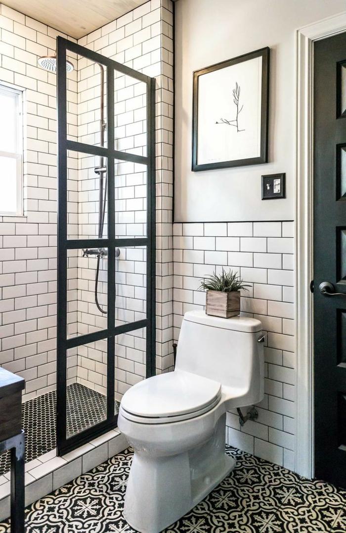 weiße Fliesen wie Backsteinen an den Wänden, schwarze Fliesen am Boden, ein schönes Bild, günstige Badmöbel für kleine Bäder