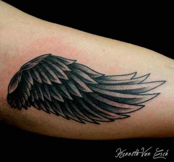schwarz graue tätowierung, kleine engel tattoos, engelsflügel am oberarm