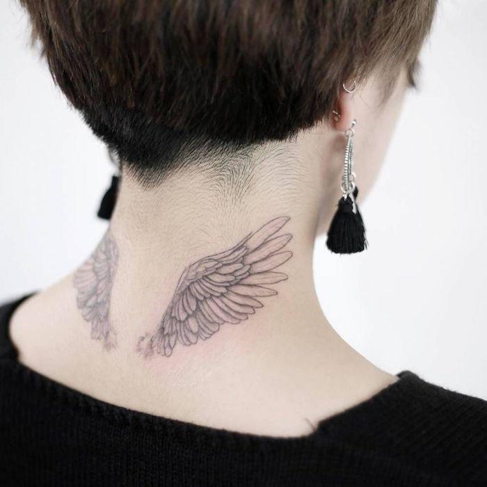 kleine engel tattoos, frau mit zwei flügeln am nacken, ohrringe mit troddeln, kurze haare