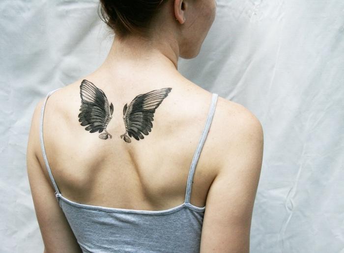 kleine engel tattoos für frauen, zwei flügel am rücken, tätoiwerung in schwarz und grau