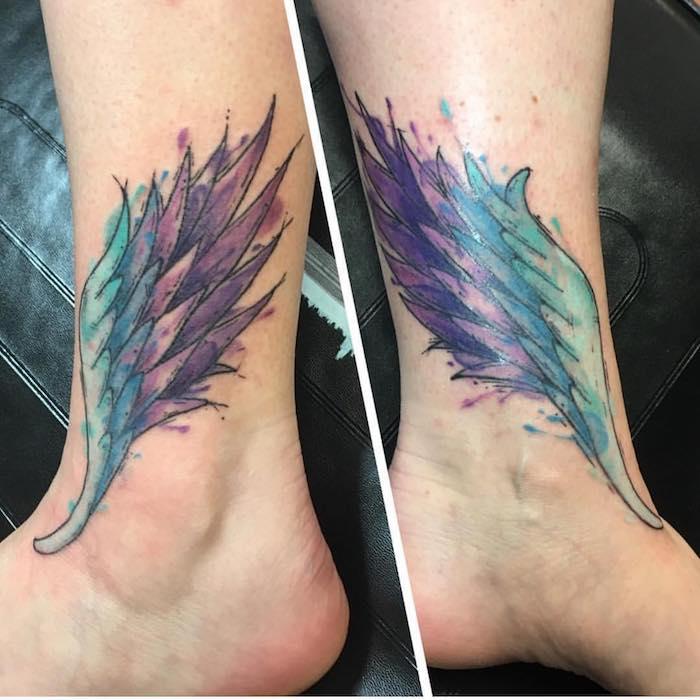 kleine engel tattoos, engelsflügeln in blau und lila, tätoiwerungen an den beinen