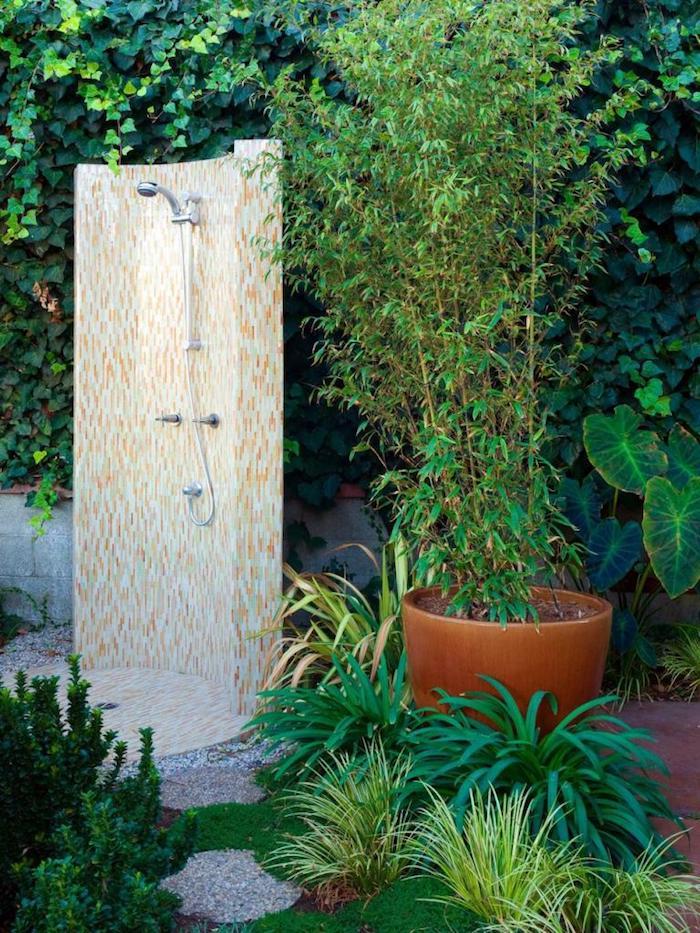 blumentopf mit einer grünen pflanze, kleine gelbe gartendusche selber bauen, garten mit grünen pflanzen gestalten