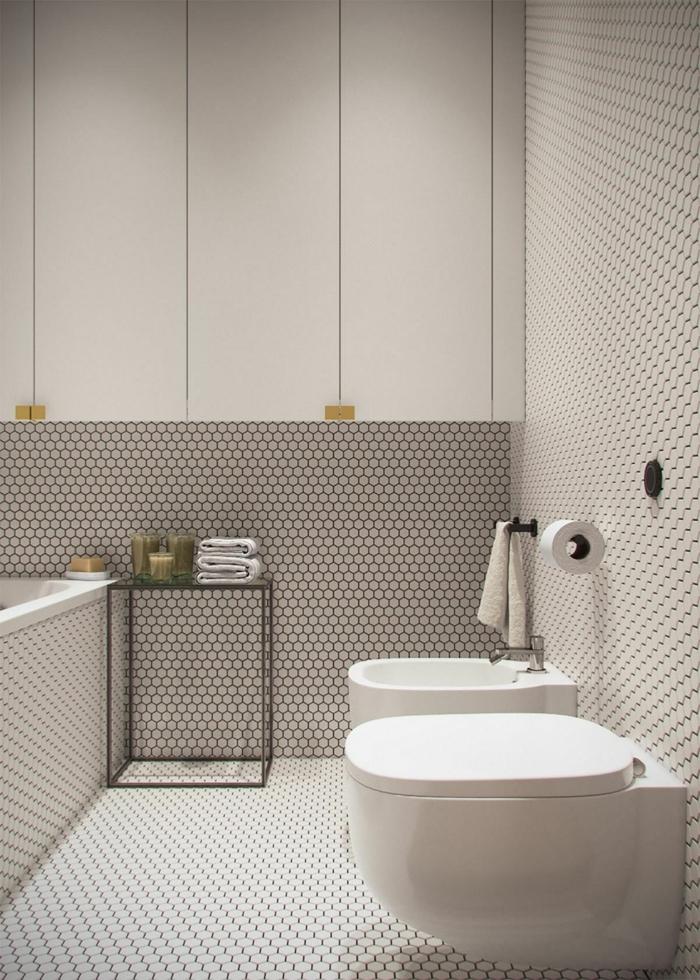 ein kleines Badezimmer mit weißer Mosaikfliesen, weiße Schränke, Badideen für kleine Räume