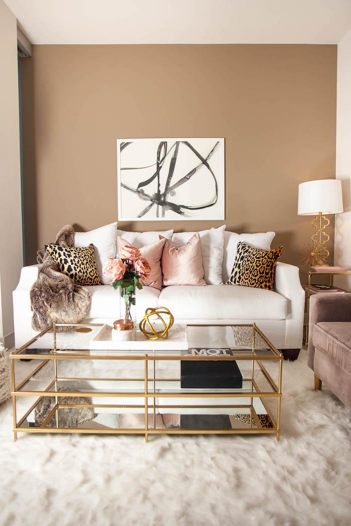 komplementärfarbe braun, abstraktes bild, beige wände, flauschiger teppich, dekokissen mit tiger muster