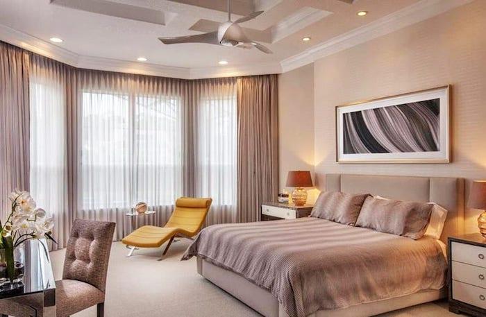 komplementärfarbe braun, gelber lesesessel, großes bett, schlafzimmer einrichtungsideen, led beleuchtung