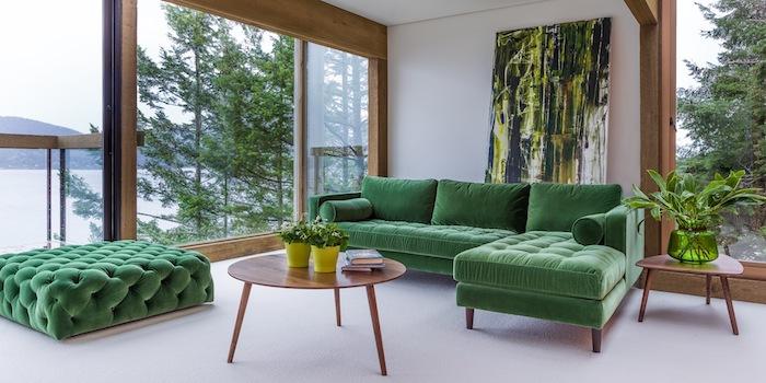 komplementärfarbe grün, große fenster, ecksofa mit samt, runder tisch aus holz