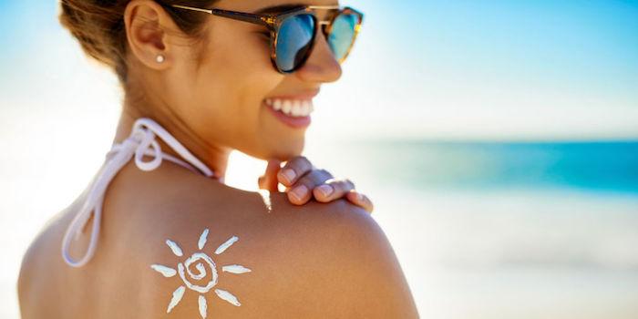 Kosmetik für den Urlaub, wasserfeste Sonnencreme, die Sonne am Strand genießen
