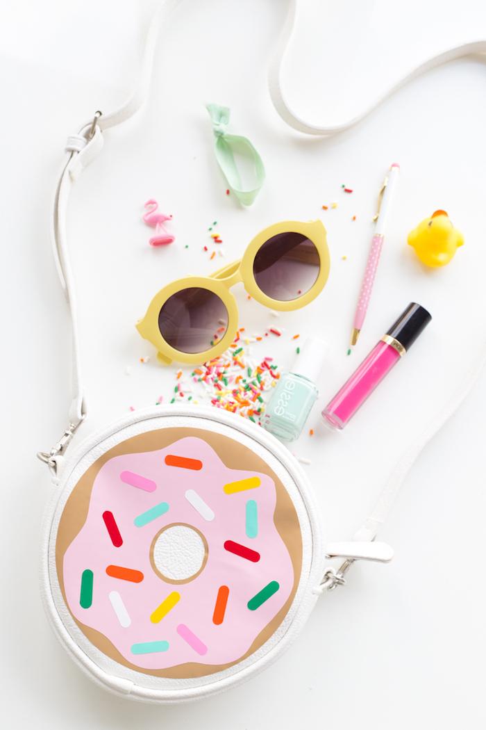Kosmetikbeutel für den Urlaub, Lipgloss Nagellack und Sonnenbrille, alle nötigen Beauty-Produkte