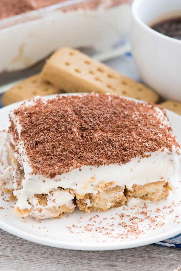 kühlschrankkuchen zubereiten, tiramisu rezept, dessert mit kaffee, creme und biskotten