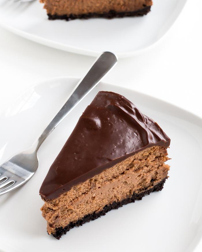 kuchen mit keksboden mit creme aus frischkäse und schokoalde, schokoladenglasur