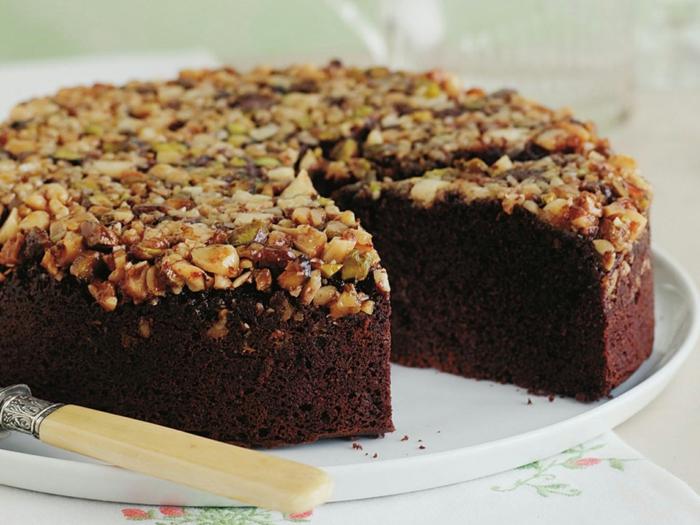 Schokolade Torte mit Walnüsse, Hazelnüsse als Dekoration, Kuchen backen