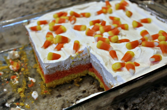 ein bunter Kuchen mit Bonbons, Kuchen Rezepte einfach und schnell, weiße Creme darauf