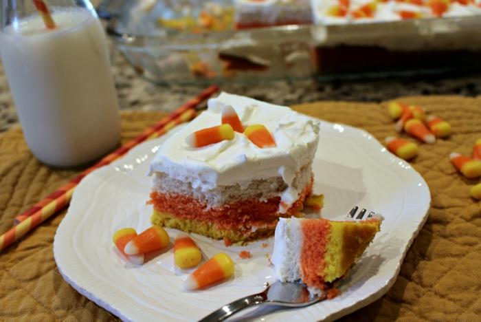ein Stück bunter Kuchen in drei Farben, Kuchen Rezepte einfach und schnell, mit Milch serviert