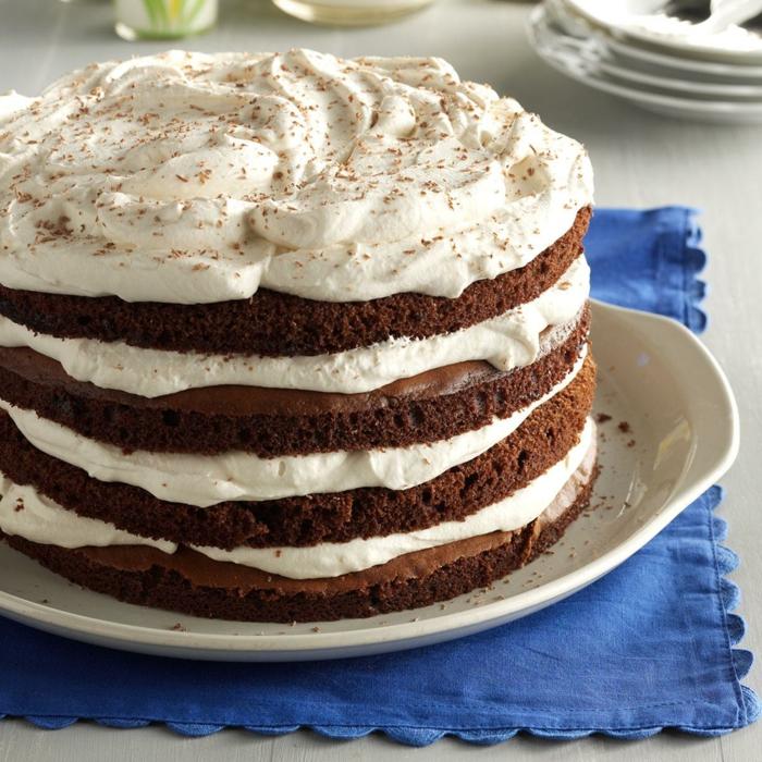 Schkoladenboden, weiße Creme und Schokoladen Creme, mit Zimt bestreut, Kuchen Rezepte einfach und schnell