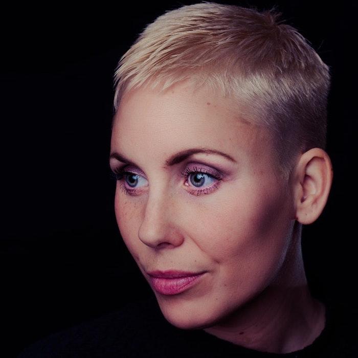 kurzhaarfrisuren dünnes haar, blonde kurze haare, blaue augen, rosa lippen, puder