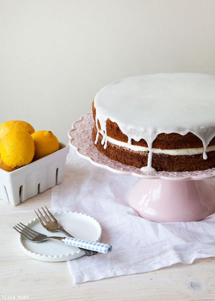 Zweistöckige Torte mit weißer Schokolade und Vanillecreme, mit Kakao-Boden