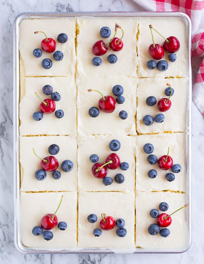 Leichte Sommertorte mit Vanillecreme und frischen Früchten, mit Kirschen und Blaubeeren