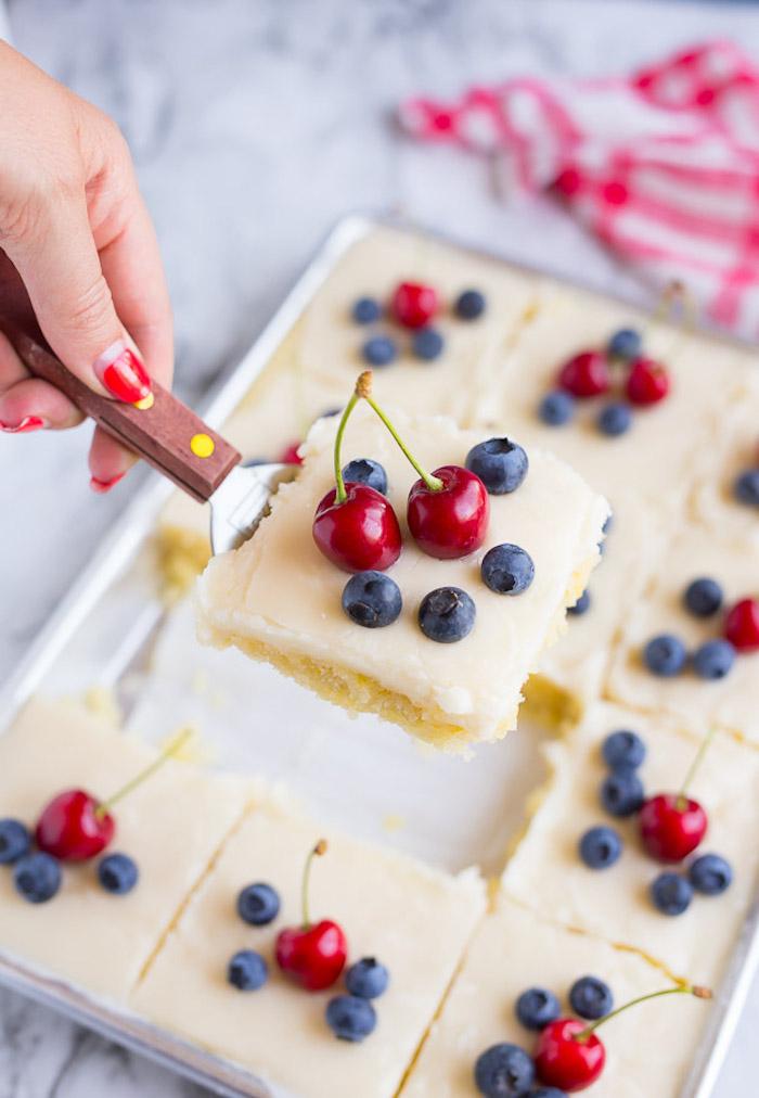 Leichte und leckere Sommertorte mit frischen Früchten, Vanillecreme Kirschen und Blaubeeren