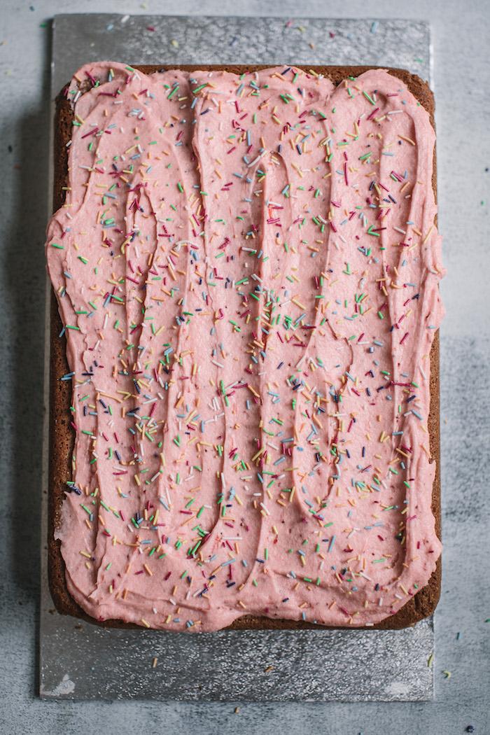 Einfache Geburtstagstorte mit Erdbeercreme und Zuckerstreuseln selber machen