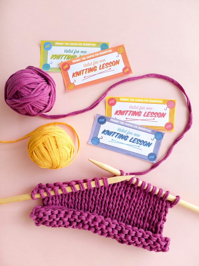 selbstgemachte Gutscheine zum Stricken Unterricht, vier Stücke, Stricknadel und gelbe und lila Fäden