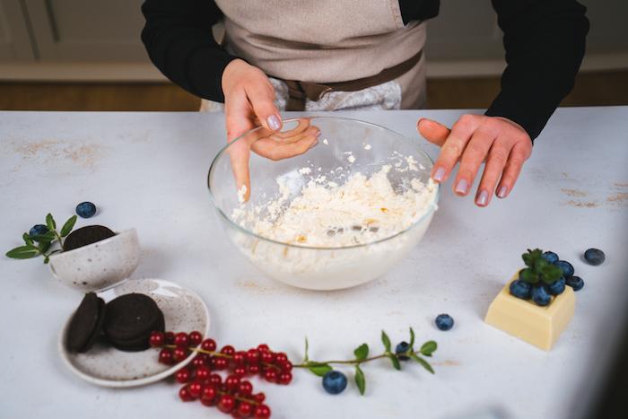 Frischkäse und Mascarpone mit dem Handmixer cremig rühren, Cheesecake Rezept mit Blaubeeren