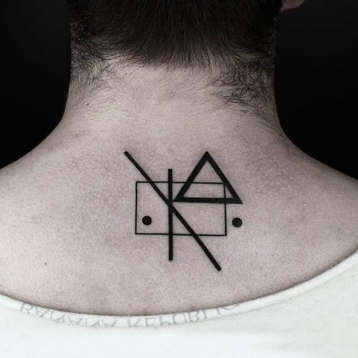 ein mann mit einem kleinen schwarzen tattoo am rücken, eine männer tätowierung mit verschiedenen geometrischen figuren