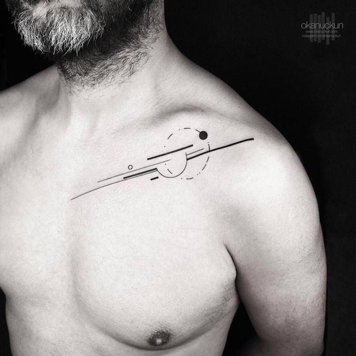 ein mann mit einem weißenbart und mit einem schwarzen tattoo mit kleinen und großen geometrischen formen, geometrische tattoos für männer